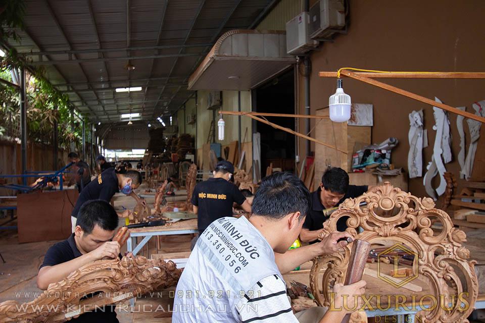 Thợ đục nội thất dòng tân cổ điển tại nhà máy