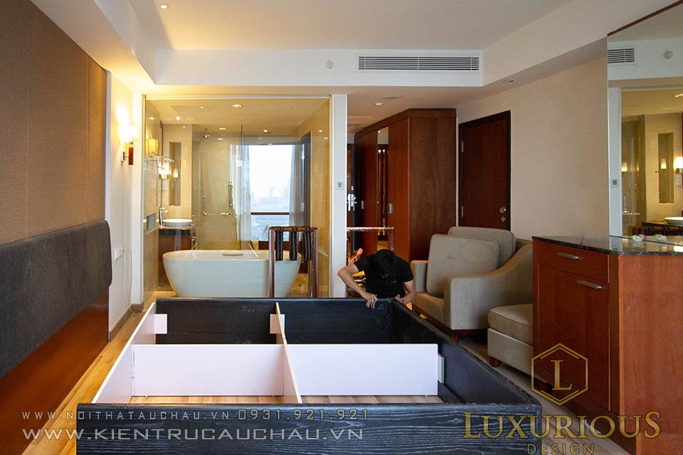 Thợ thi công lắp đặt đồ nội thất khách sạn Crowne Plaza
