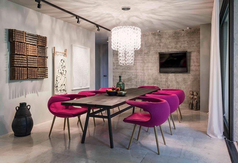 Không gian phòng ăn nổi bật với những chiếc ghế bọc nhung đỏ
