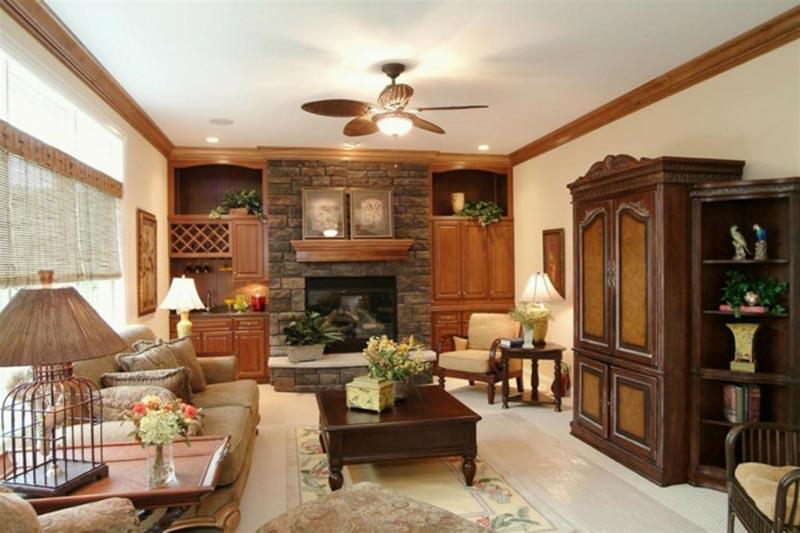 Phòng khách nhà cấp 4 với nội thất gỗ tự nhiên