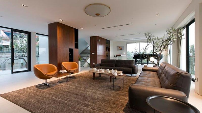 Phòng khách hiện đại gợi lên không gian trầm ấm, yên bình