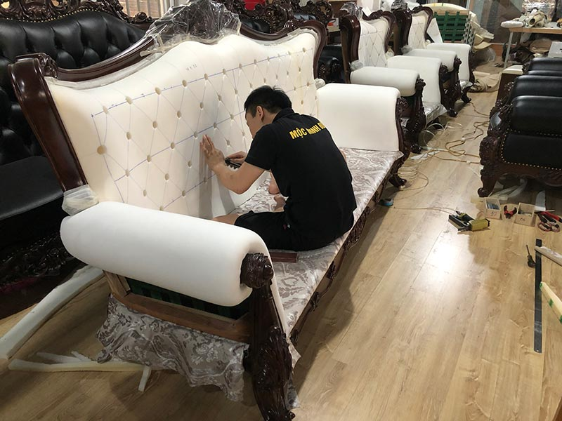 Công đoạn bọc đêm mút cho sofa tại nhà máy