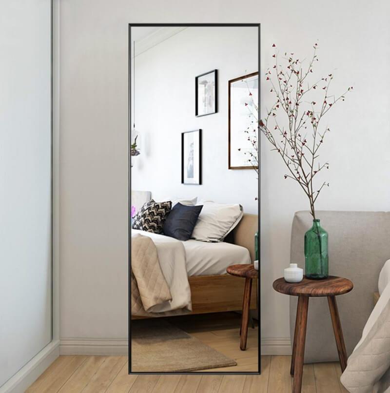 Sử dụng gương quá khổ trên tường hoặc sàn nhà