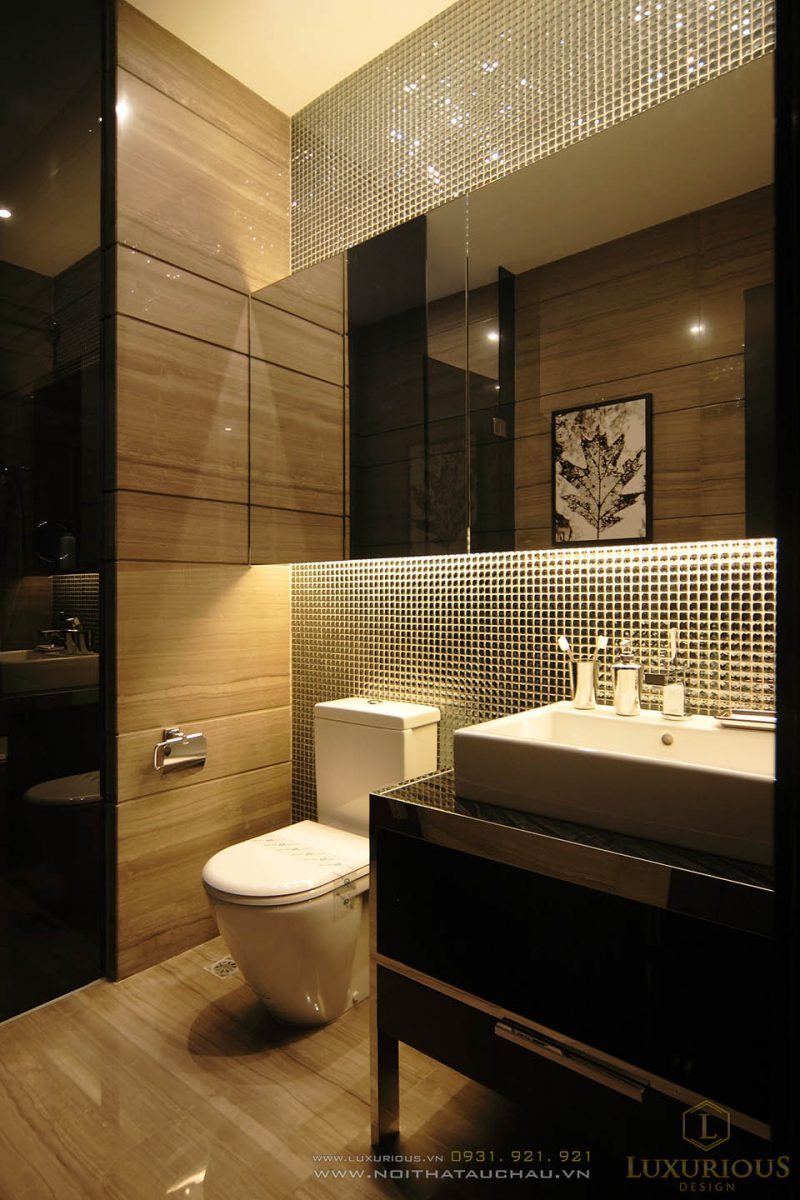 Nhà Vệ Sinh Tích Hợp Cả Phòng Tắm Ánh Đèn Màu Vàng