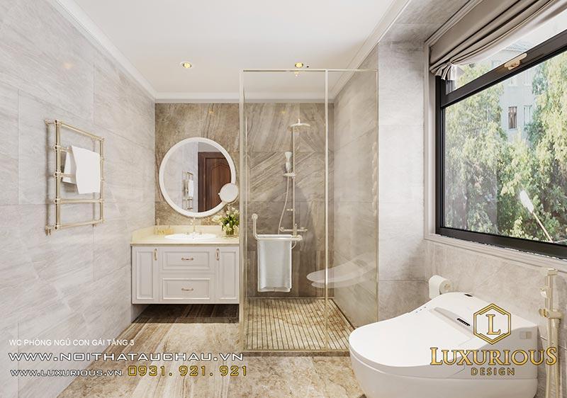 Nhà vệ sinh có phòng tắm được ngăn cách bằng vách kính